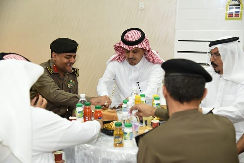 محافظ #بلجرشي يشارك #رجال_الأمن وجبة الافطار ويشهد اتفاقية تتيح منافذ بيع للأسر المنتجة